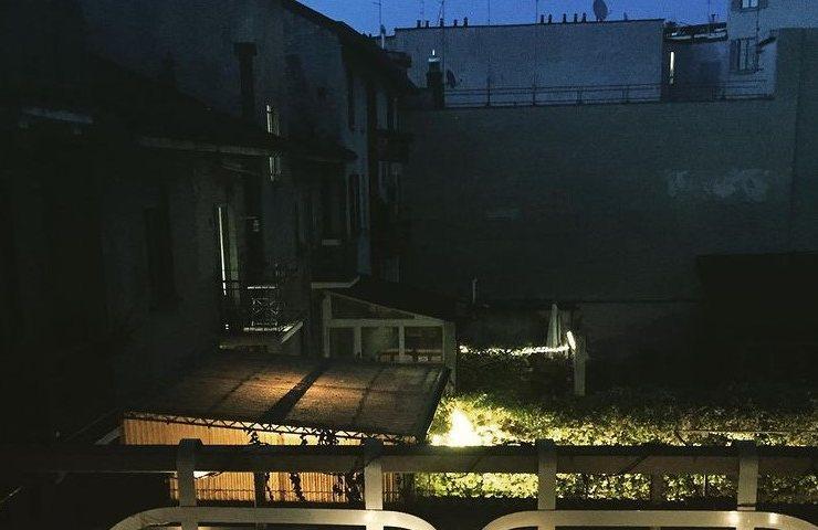 Balcone di notte (Instagram)