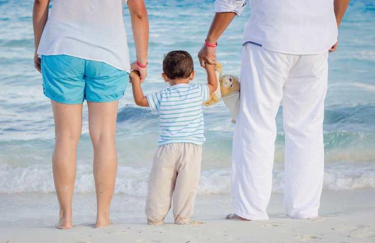 Famiglia sulla spiaggia (pixabay)