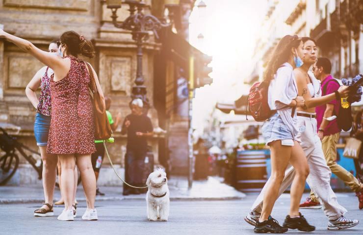 Gente in strada (pixabay)