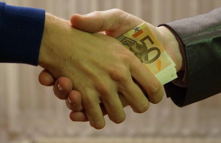 Scambio di denaro (Pixabay)