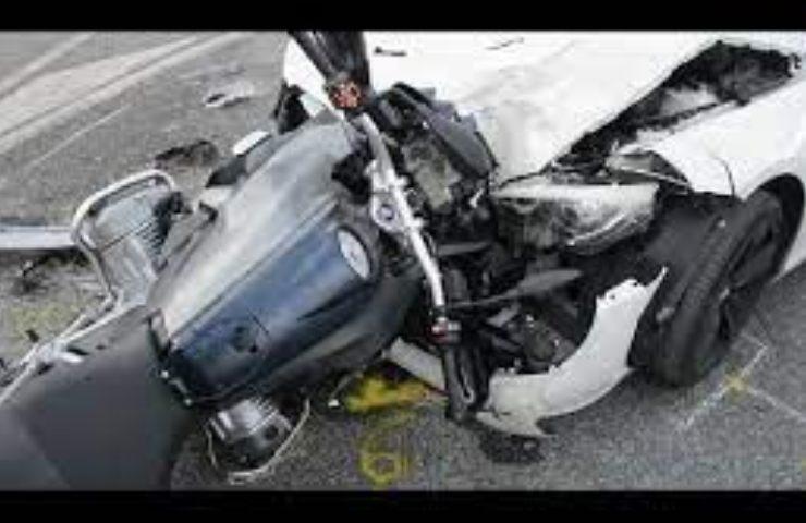 schianto tra auto e moto